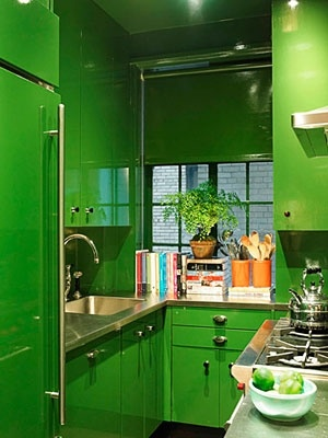 Wow, screaming green lacquer kitchen  Photo: Thomas Loof #green #kitchen #interiors #decorating