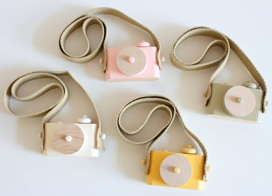 Wooden toy camera // Twig Creative.