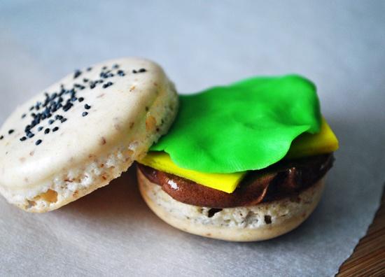 Smile-inducingly cute Hamburger Macarons. #kids #food #macarons #French #pastry #cookies #dessert #hamburger
