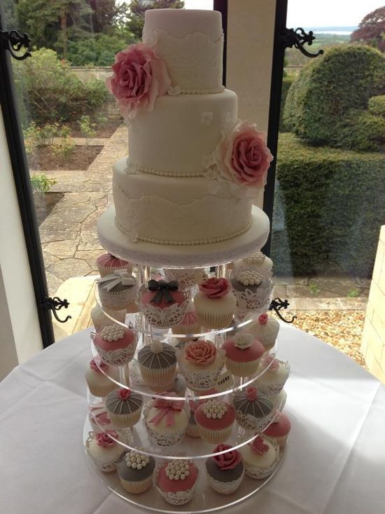 Cake Decorating: Vintage Wedding Cake.