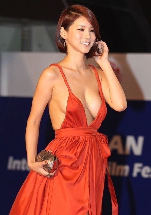 Oh In-Hye was a little known South Korean actress until she dawned a red plunging neckline dress and walked the red carpet at the Busan International Film Festival (BIFF). Photos of her amazing sideboob exploded #Korean Films #Korean Films Photos