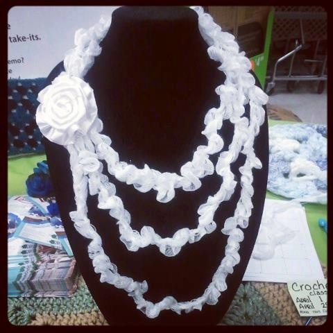 Do it yourself VERY EASY Wedding Necklace! YOu don't need to know how to crochet to do this quick and CHIQ necklace!