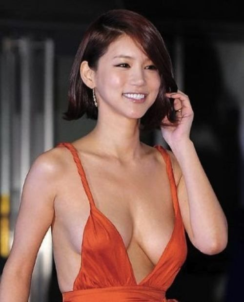 Oh In-Hye was a little known South Korean actress until she dawned a red plunging neckline dress and walked the red carpet at the Busan International Film Festival (BIFF). Photos of her amazing sideboob exploded across #Korean Films Photos
