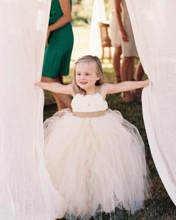 How sweet is this flower girl's dress?