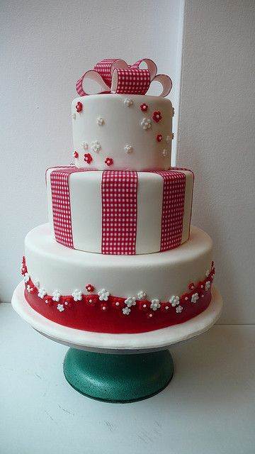 1950s red and white wedding cake by CAKE Amsterdam - Cakes by ZOBOT,