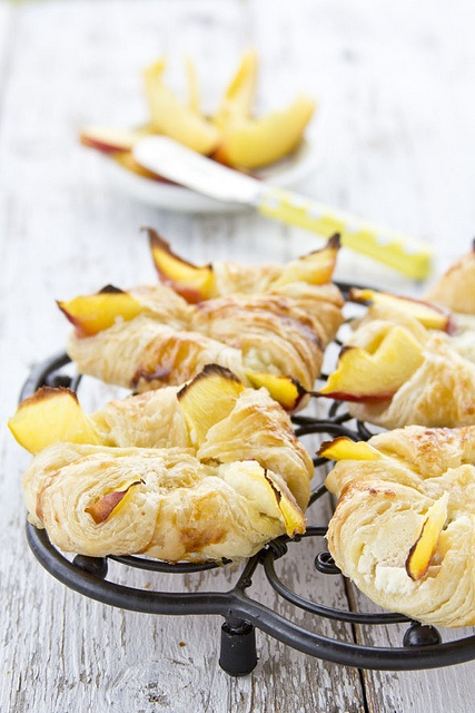 Peach Stuffed Puff Pastry - so summery, so delicious! #peaches #pastry #cooking #food #beautiful #baking #dessert