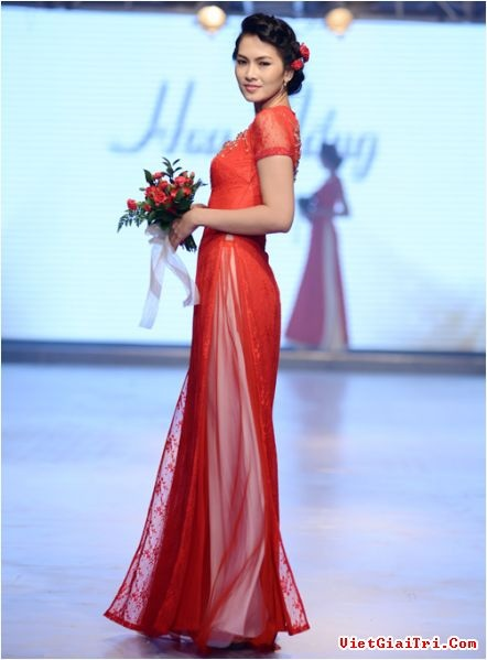 Modern take on the traditional #vietnamese #wedding ao dai  or #bridal #outfit- love the sheer #red #lace detailing