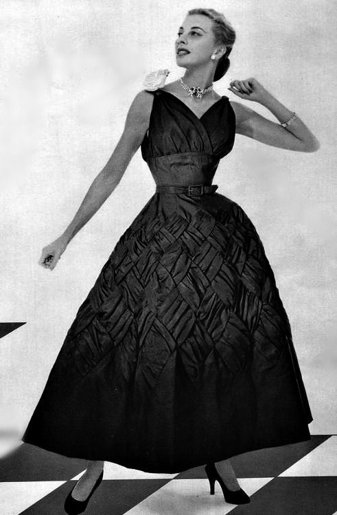 The detailing on the skirt of this elegant 1953 Pierre Balmain cocktail dress is amazing. #vintage #retro #1950s #fashion #designer