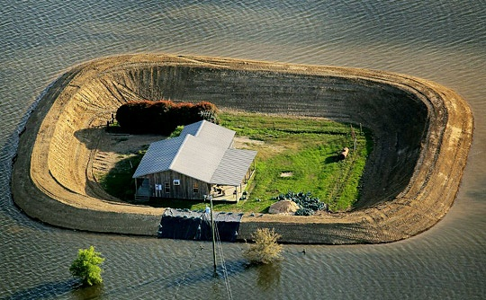 Amazing picture of efforts to save homes from the Mississippi from the #DailyMail via #ApartmentTherapy