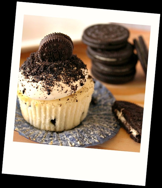 COOKIES AND CREAM CUPCAKES {there's a whole oreo cookie inside too! *swoon*}