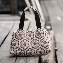 A complete pattern and tutorial to make this flower motif purse.