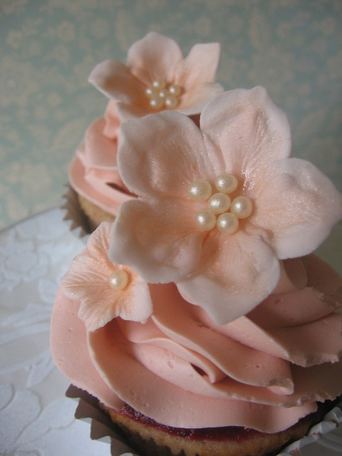 such pretty flowers on the cupcake
