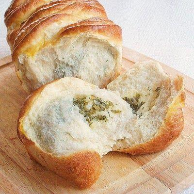 Pull apart cheesy herb bread.
