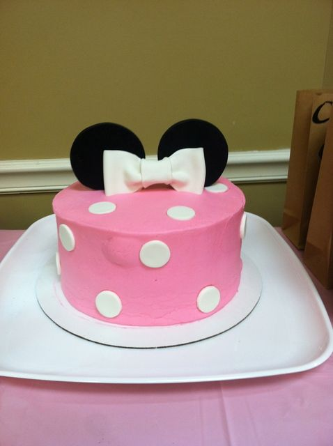 Cute cake at a Minnie Mouse Party #minniemouse #partycake