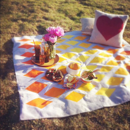 spruce up an old sheet into a bright picnic blanket! ?
