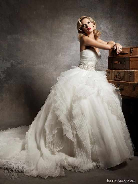 Gorgeous 2013 Justin Alexander wedding gown.