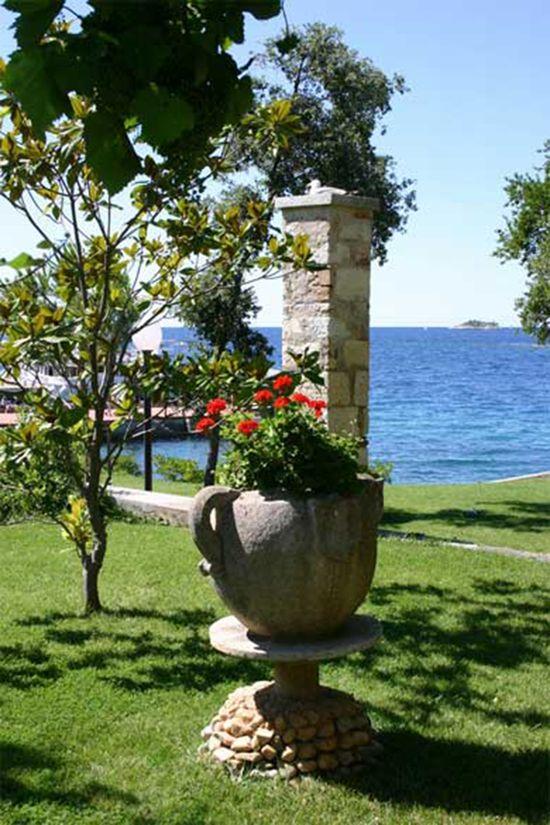 Roman Style Garden Decor Ideas