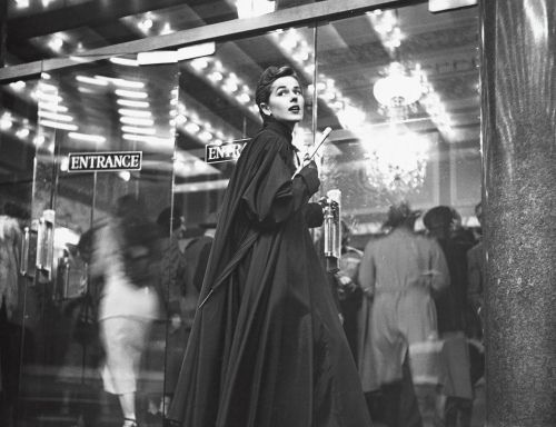 Looking wildly glamorous on even the most rainy of 1950s days. #vintage #fashion #1950s #coat #spring