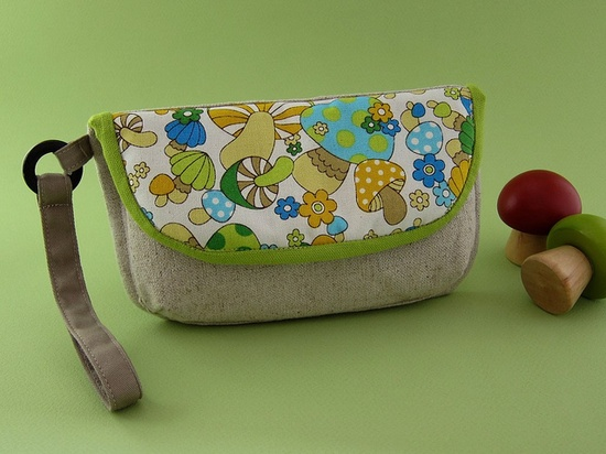 Love the linen and vintage looking fabric on this wristlet.