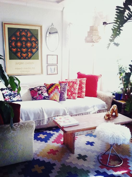 loving all of the prints, patterns, and colors in this gorgeous room.