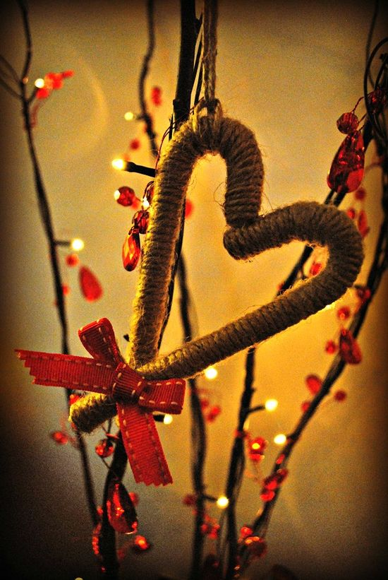 quintonwench: ? So leave a peppermint stick for old Saint Nick ?  Now I love Christmas, I love twine and I love hearts. So this project is perfect!    A rustic candy cane tree decoration...