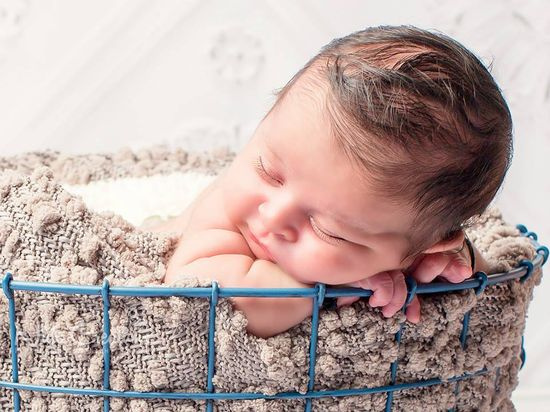 Newborn photography, newborn posing, new born shoot Lots of cute baby poses on her Facebook page. Must follow. https:/facebook.com/NidsCreations