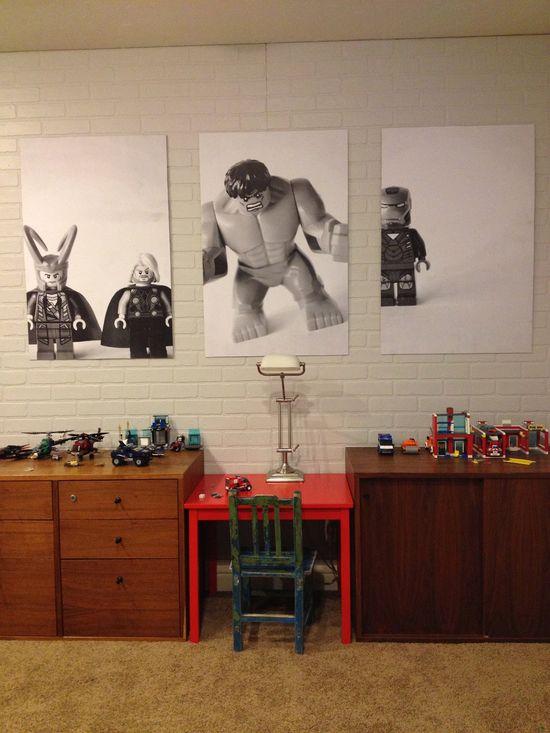 Tome una fotografía de los juguetes favoritos de su hijo, convertir imagen a blanco y negro, y luego lo han volado.  -