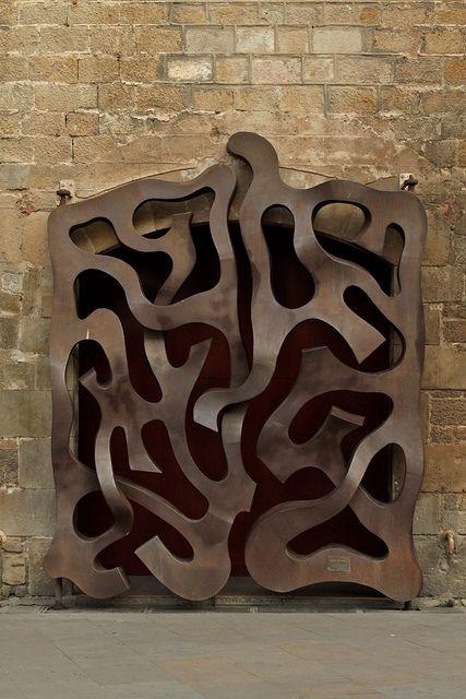 está en barcelona cerca de un monumento importante, busquenla :) Very unusual door. Spain
