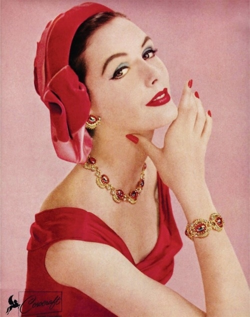 A strikingly beautiful 1950s look featuring oodles of crimson and gold. #vintage #fashion #1950s #red #hat