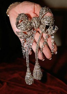 Among the Empress Eugenie's incredible jewels is this splendid diamond bow brooch, originally part of the Diamants de la Couronne, it was made by François Kramer. The impressive bow was originally intended as a buckle for a diamond belt. Eugenie asked her jeweler to make it more elaborate, to wear it with the pair of diamond tassels. Later five diamond pampilles were added.#Royal #jewels