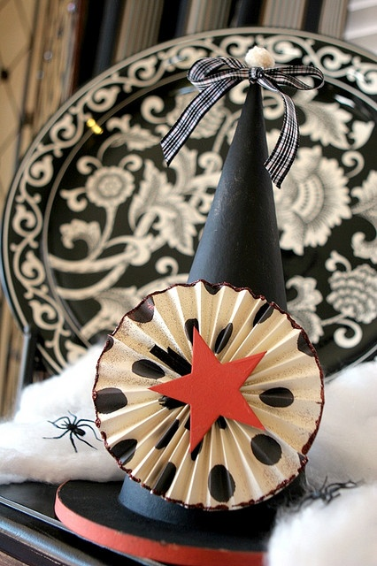 Halloween hat decor.