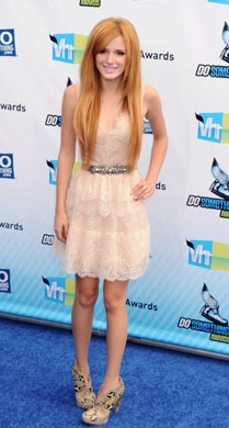 Bella Thorne looked SO pretty in a tiered lace dress at the Do Something Awards!