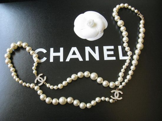 chanel-pearl-necklace. WANT!