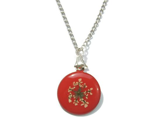 Queen Anne's Lace pendant real flowers by AmazoniaAccessories, €11.00 #red #flowers #floral #pendant #necklace #botanical #nature #resin #white