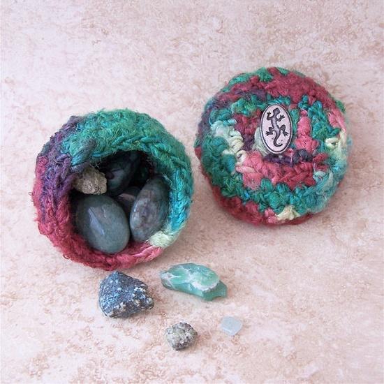 Round Vegan Box silk tapestry art Mediterranean Lizard