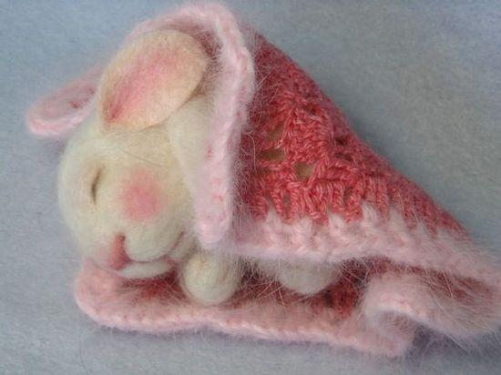 Sweet felted bunny - i wants.