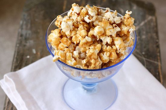 Classic, awesome, super tasty Caramel Corn (such a wonderful autumn dessert/snack!).  #food #cooking #meals #baking #desserts #popcorn #caramel #caramelcorn #autumn #Christmas #fall #Halloween #holidays