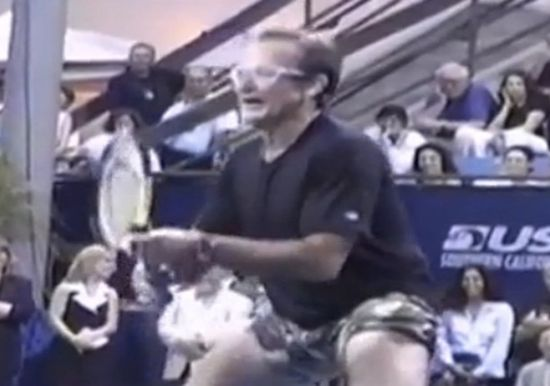 Robin Williams, lors d'un match de gala avec André Agassi