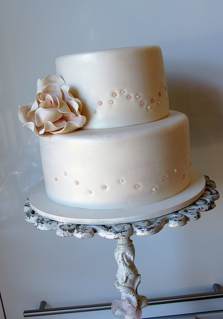 love the flower on this cake