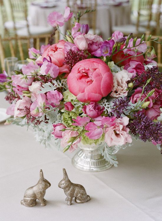 these centerpieces are major and we dig the little bunnies too  Photography by giacanali.com, Floral Design by floraldesignstudi...