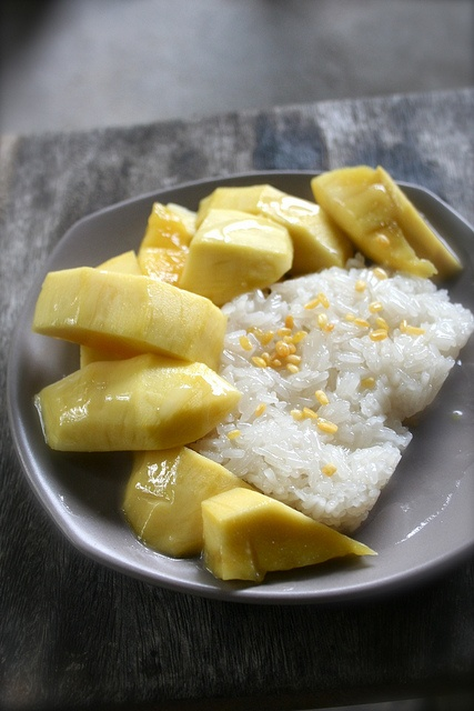 Thai dessert : Khao Niew Ma Muang (Coconut sticky rice with mangoes).