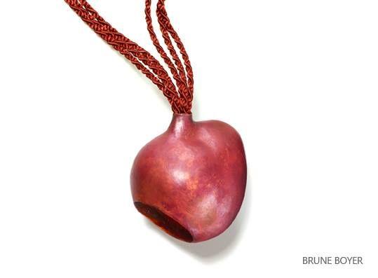 """Pendentif """"aîtres""""  Cuivre  Brune Boyer  Membre fondateur D'un bijou à l'autre  Son travail sera exposé au Musée des Arts Décoratives du 20 Septembre 2013 au 2 Mars 2014"""