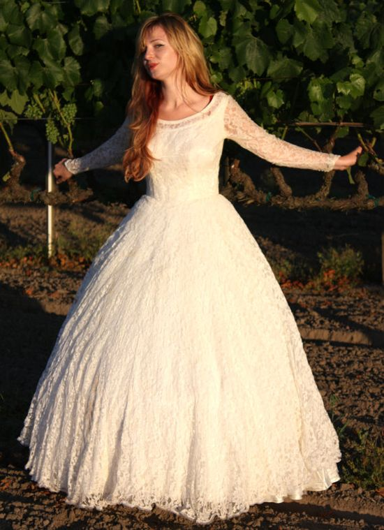 Vintage 1950s lace wedding dress  I am in love with this