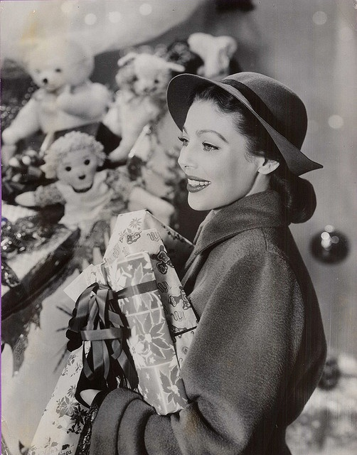 Loretta Young looking positively gorgeous as she goes about her (likely studio staged) holiday shopping. #1940s #vintage #actress #Christmas #presents #Loretta_Young