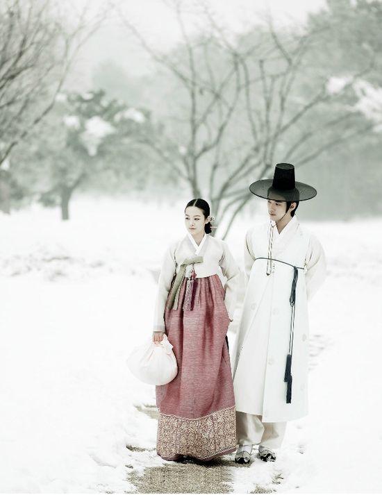 Couple Walk in the Snow of Korea