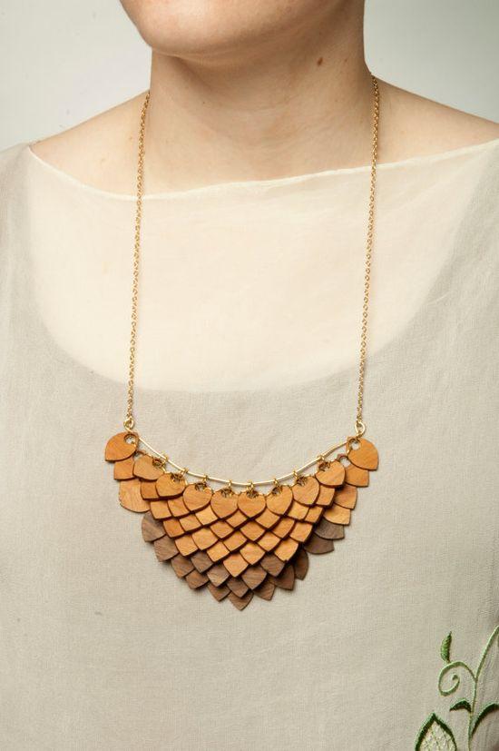 Walnut/Cherry Wooden Amulet Necklace por GiveMeLoveAndWork en Etsy, $125.00