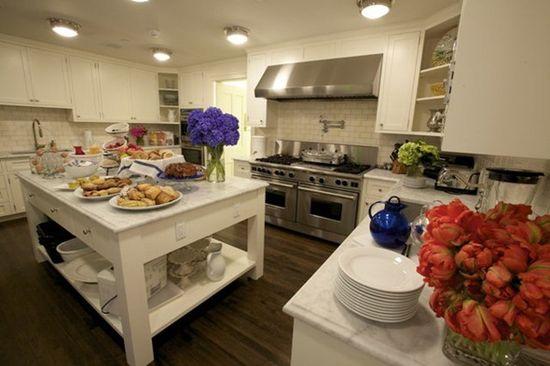 White & spacious kitchen