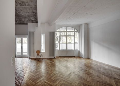 Box 117 by Marc Benjamin Drewes and Thomas Schneider. Raw concrete ceilings and floors that combine oak parquet with decorative tiles.