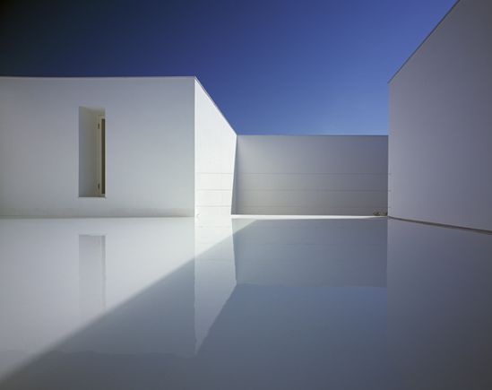 Purely white with light reflecting on the terrace, the White Cave House by Takuro Yamamoto Architects _