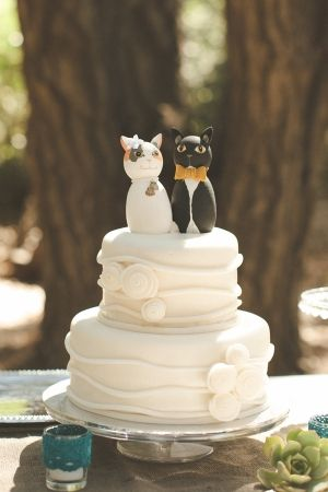 wedding cake with cat toppers! // photo by VentolaPhotograph...